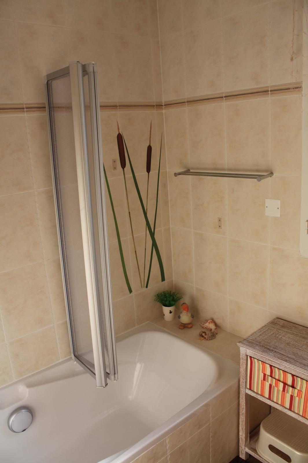 Bad mit Dusche / Badewanne, Doppelwaschbecken und WC.